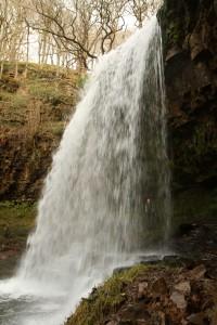 Regardez-bien: Clare est derrirèe la chute d'eau !